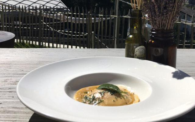 Ricotta Eigelbravioli mit brauner Butter und Salbei